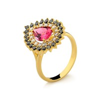 Anel em ouro amarelo 18k com brilhantes negros, brancos e turmalina rosa